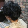 硬い髪には2ブロックにパーマで動きを出す