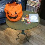 毎年ハロウィンの時はちょっとしたお菓子をあげています