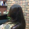 直毛で動きのある髪のカットは長さとメリハリ
